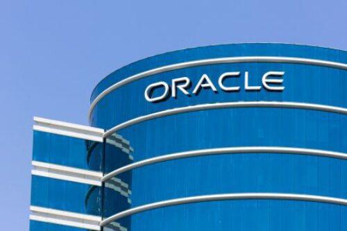 Oracle zwalnia