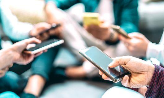 Smartfony: kto zgarnia najwięcej ze sprzedaży hurtowej