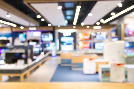 Pracownicy sklepu z elektroniką w gangu oszustów