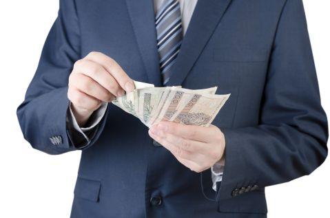 Duże firmy wstrzymują wypłaty małym